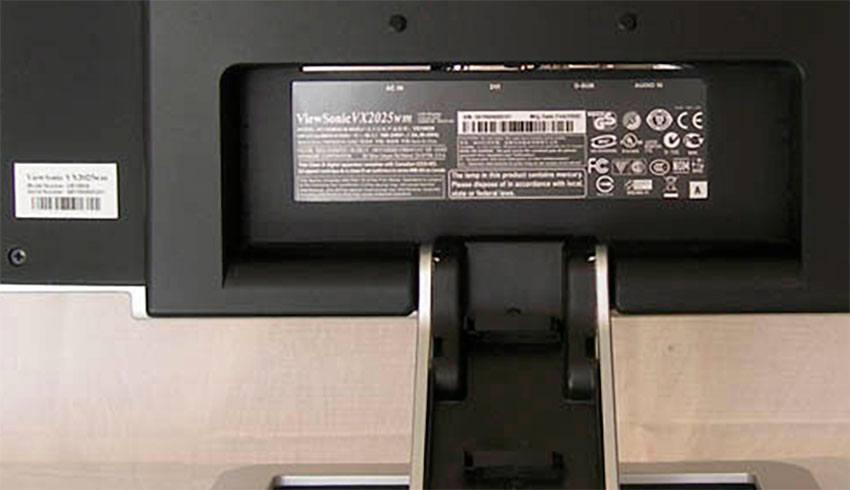 Фабричная наклейка на корпусе монитора